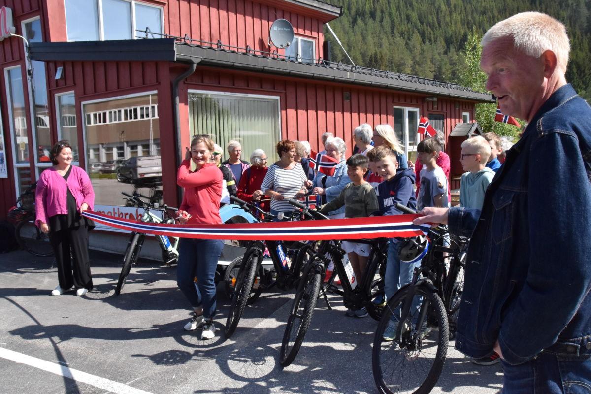 Klart for å klippe snora - ordførar Margrete Svinvik ærklærte sykkelutleia for opna.  Foto: Jon Olav Ørsal