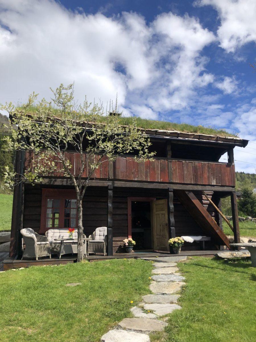 På søndag ønskjer Karin og Nils Håvard velkommen til Slettneset steinovnsbakeri på sesongopning. Foto Privat