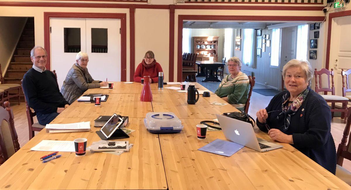 Møte i skriftstyret. Frå venstre Sven Olav, Anna Ingeborg, Sissel, Wenche og Maren,. Foto: Dordi J H