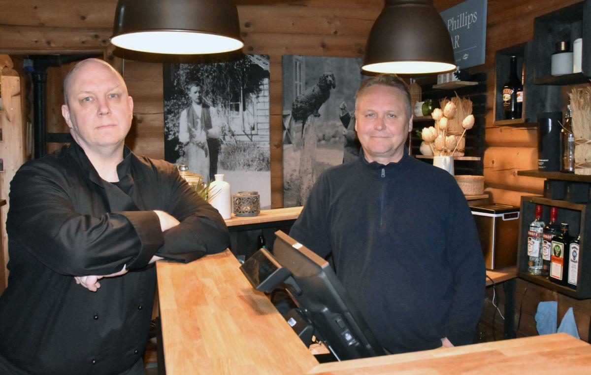 Velkomen til Phillips Lodge, seier Kalle Kopponen som er kokk og Arve Evensen som er vertskap når dei no opnar for gjestane.  Foto: Jon Olav Ørsal