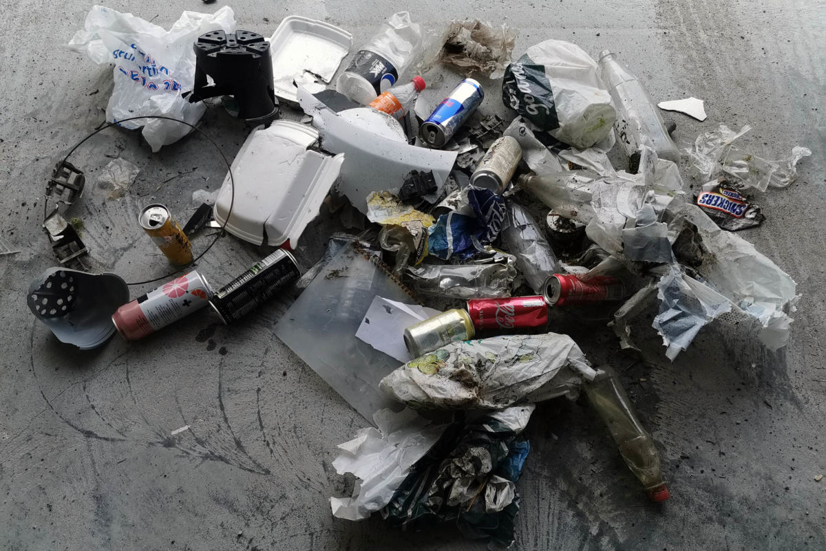 Søppel som er plukka langs vegkanten mellom Nordvik og Svinvika.  Foto Odd Arild Sande
