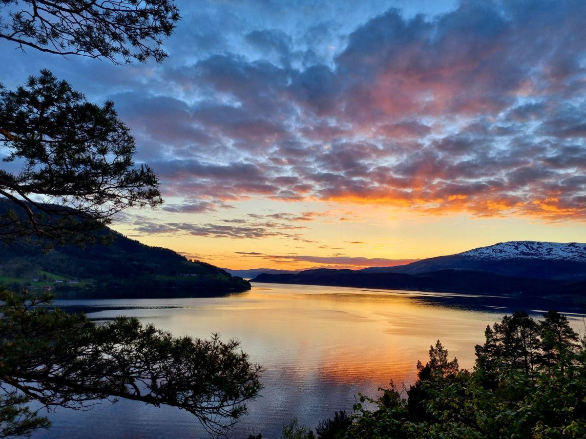 Todalsfjorden seint ein vårkveld ble månadens bilete for mai