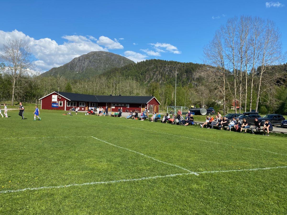 Mange hadde møtt fram for å sjå Søya/Todalen J10 mot Surnadal J10. Foto: Ann Elin Stenberg
