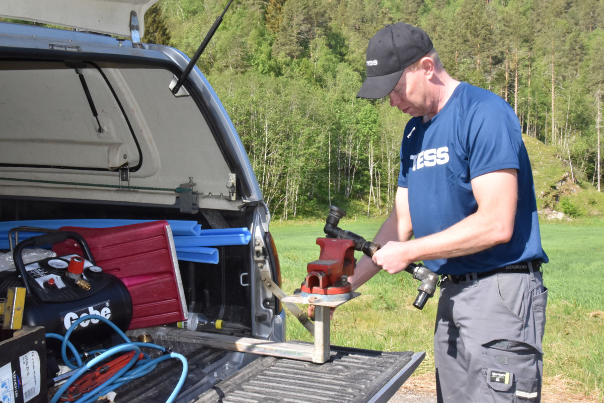 Vedlikehaldsarbeid i Bjøråa vassverk i dag. Børge Brøske i arbeid med skrustikka Foto: Jon Olav Ørsal