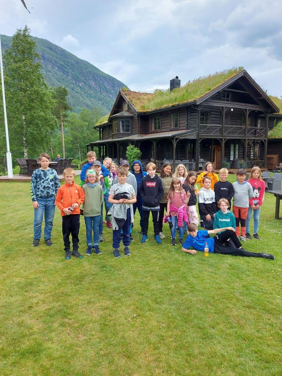 Alle elevane ved Todalen skule på Todalshytta for å ete lunsj. Foto: Britt Mossing