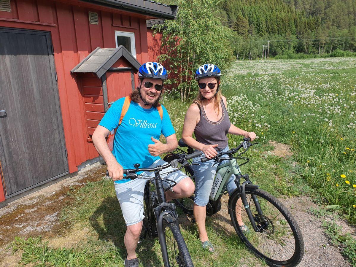 Inge Bævre og Kristin Strandheim var første par ut til å leige elsykkel. Foto: B G Ansnes