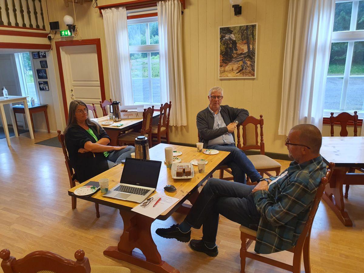 Ein kort møte før årsmøtet tok til. Foto: B G Ansnes