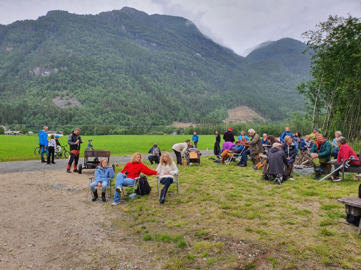 Mange hadde teke turen for å vere med på midtsommarfeiring ved Båthølen. Foto: B G Ansnes