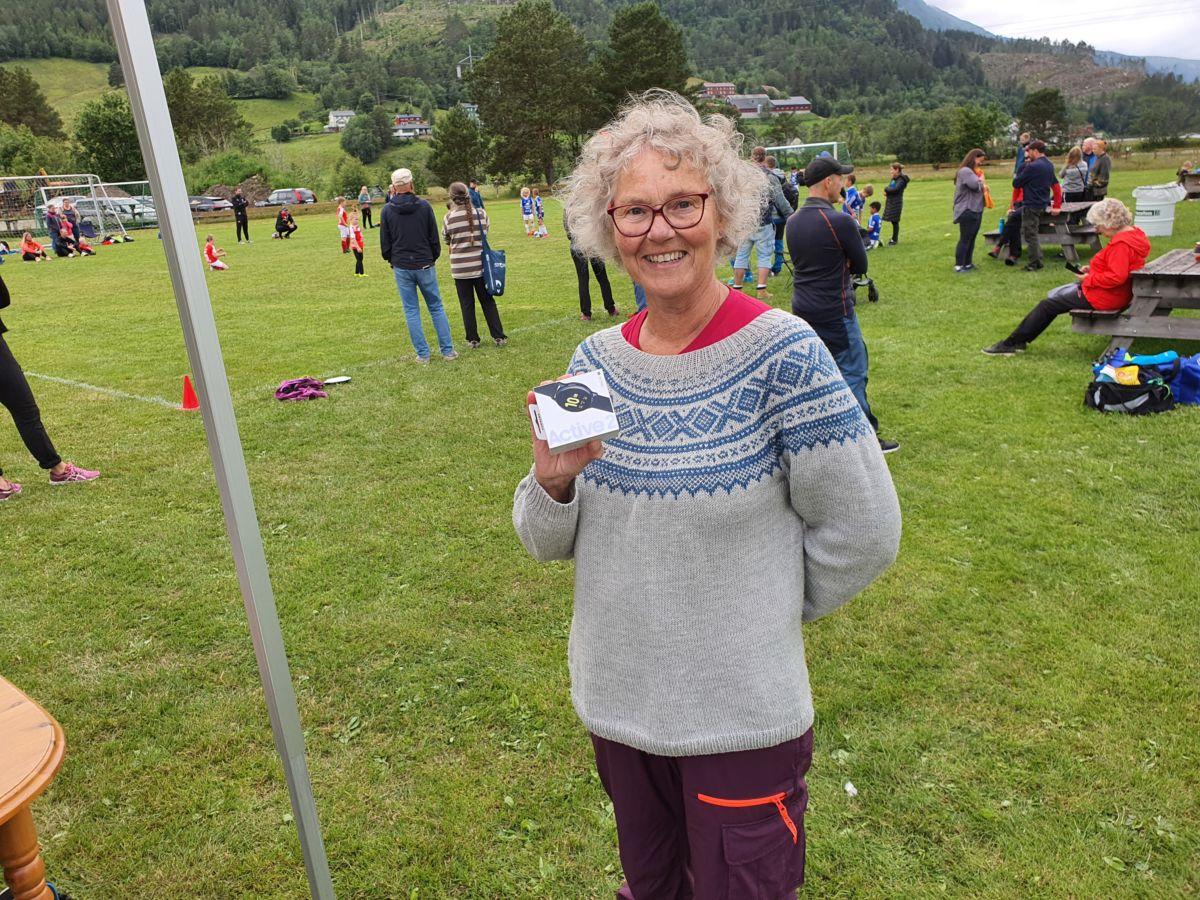 Mona Sandum vart heldig vinnar av Smartklokka frå Todalen Idrettslag. Foto: B G Ansnes