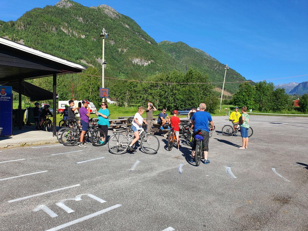 Mange på sykkeltrim. Foto: B G Ansnes