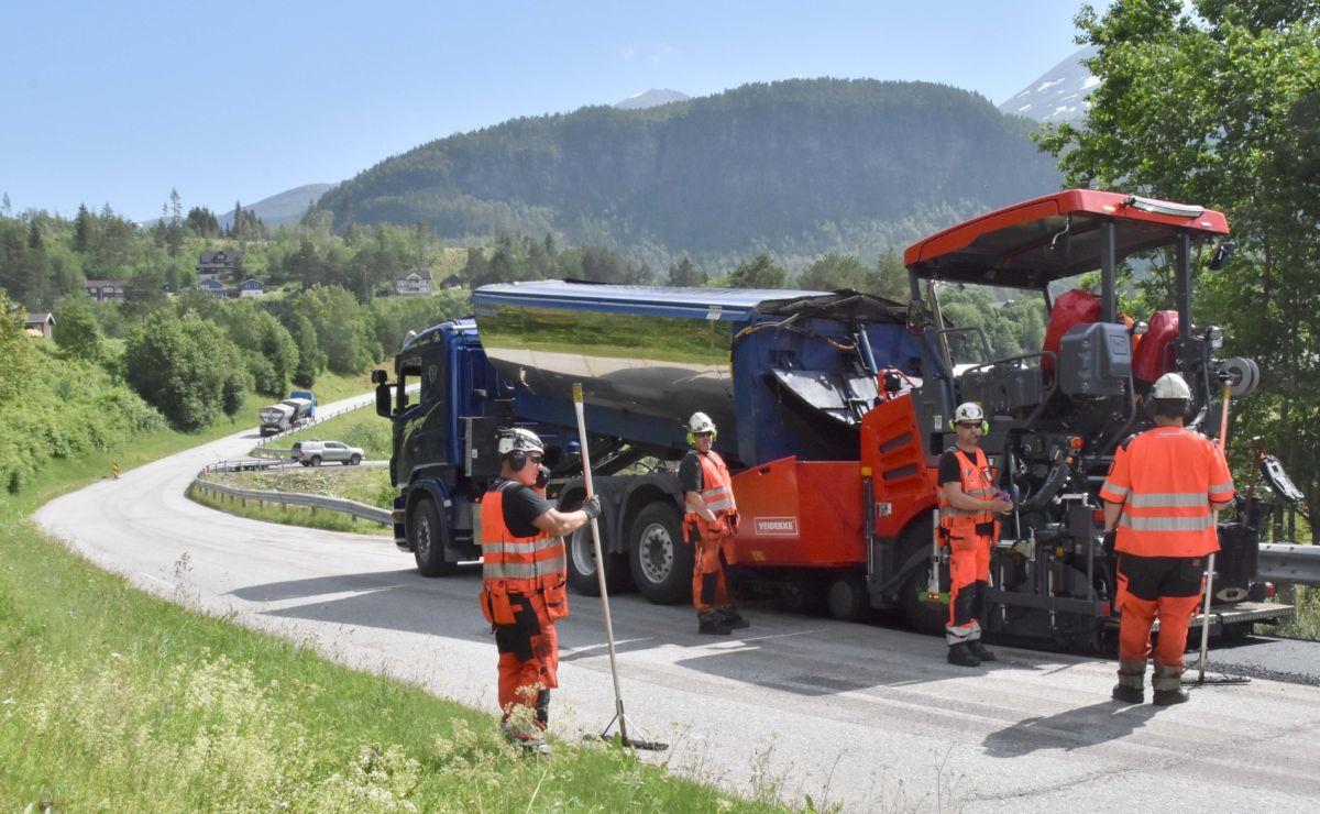 Her repareres asfalten like ved avkjøringa til Husby.  Foto: Jon Olav Ørsal