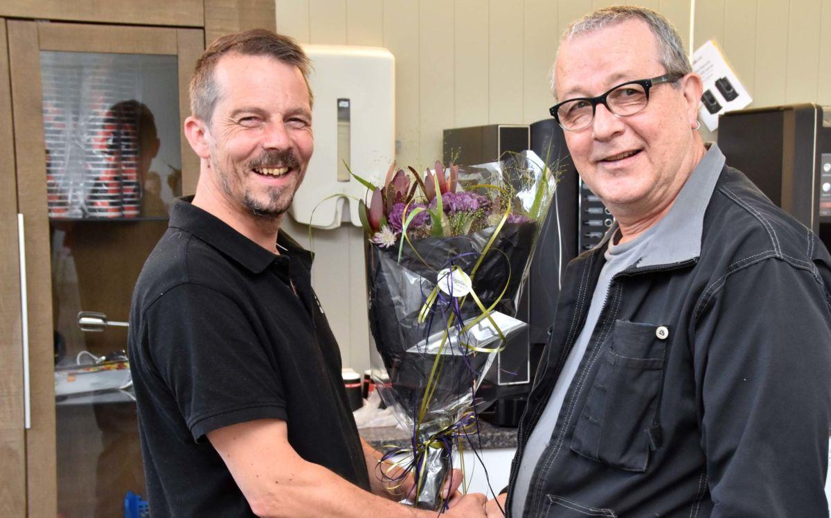 Bjørn Todalshaug blir pensjonist og 65-åringen fikk blomster og kakelag på sin siste arbeidsdag.  Foto: Jon Olav Ørsal