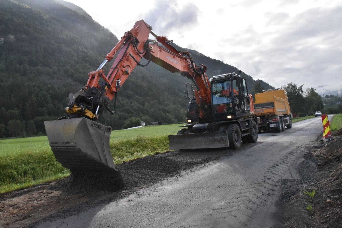 Mesta skiftar ut massen i vegbanen der asfalten blir reparert.  Foto: Jon Olav Ørsal