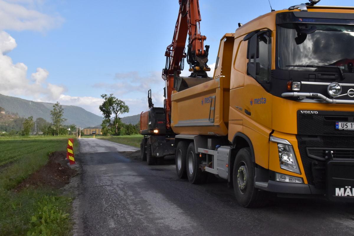 Måndag er det klar for å lagge ny asfalt der vegen er reparert.  Foto: Jon Olav Ørsal