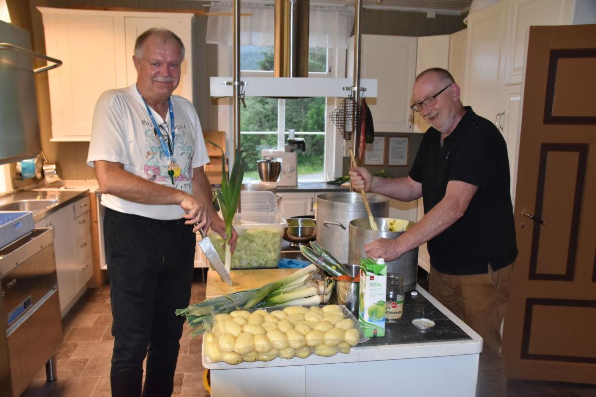 Rutinerte kokkar som er vant til å lage store posjonar - Lars Stensby og Jon Olav Roaldset.  Foto: Jon Olav Ørsal
