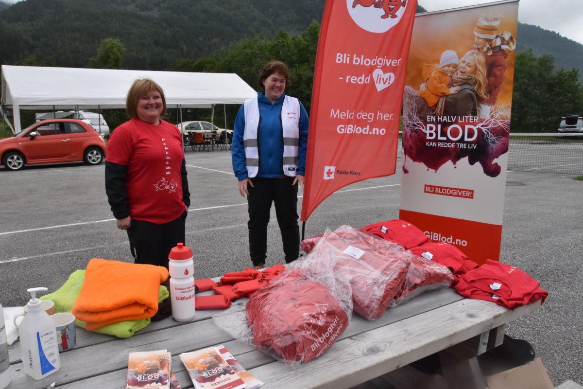 Randi Solskjær Tømmervåg og Elisabeth Sandvik frå Blodbanken, hadde stand på Bordholmen under Todalsdagen.  Foto: Jon Olav Ørsal