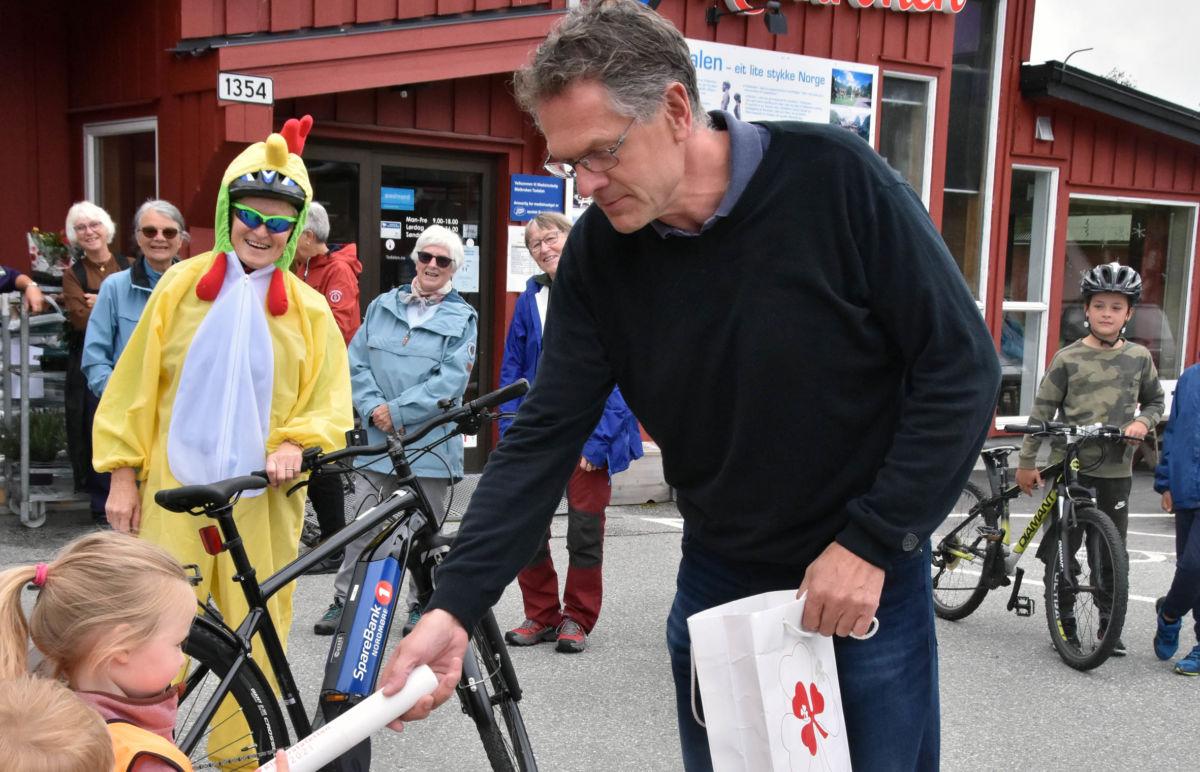 Ella frå Todalen barehage tek i mot stafettpinnen frå Nils Ove som har vore ordonas frå Straumsneset.  Foto: Jon Olav Ørsal