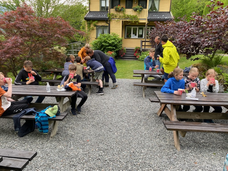 Start 4H tok turen til Svinviks arboret. Foto: Julia Halle