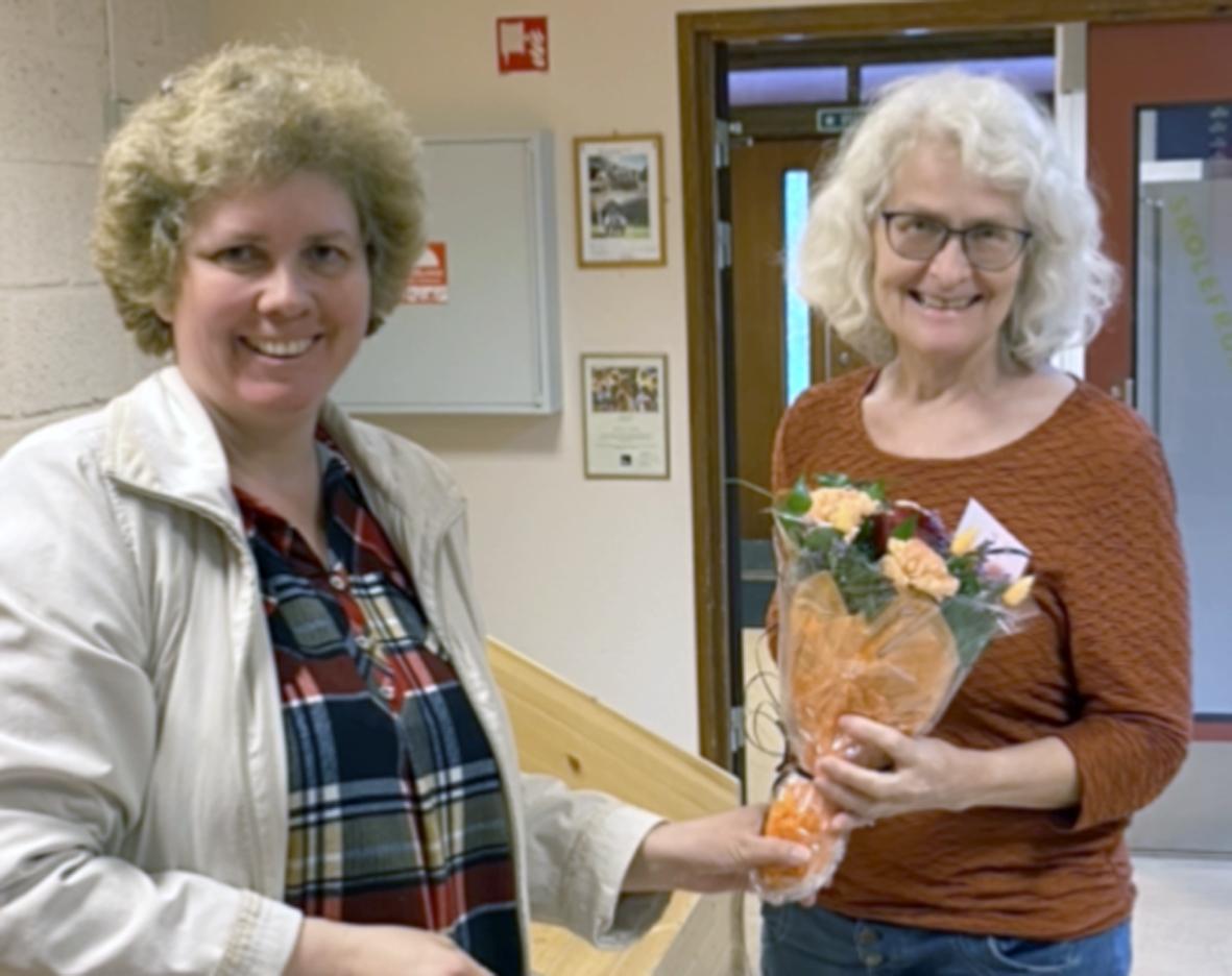F.v. Julia Halle delte ut blomster til rektor Britt Mossing. Foto: Privat