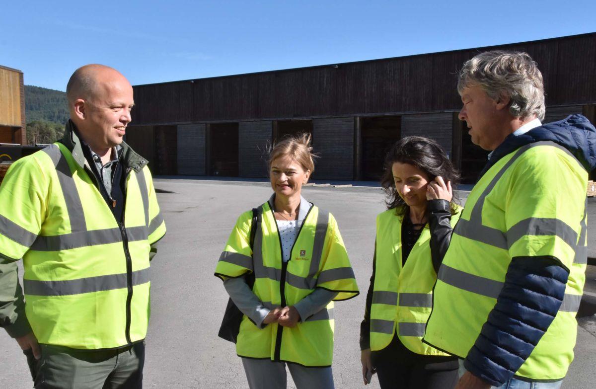 Trygve Slagsvold Vedum, Margrete Svinvik og Jenny Klinge saman med Terje Talgø da dei deltok på pressekonferansen onsdag.  Foto: Jon Olav Ørsal