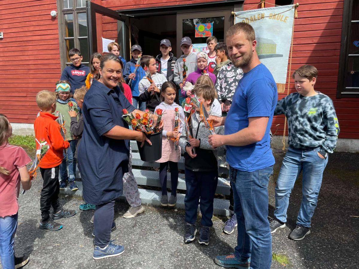 Line M. Kvendset og Anders Gjeldnes delte ut ei rose med ei personleg helsing til alle elevane. Foto: Laila K. Bergli