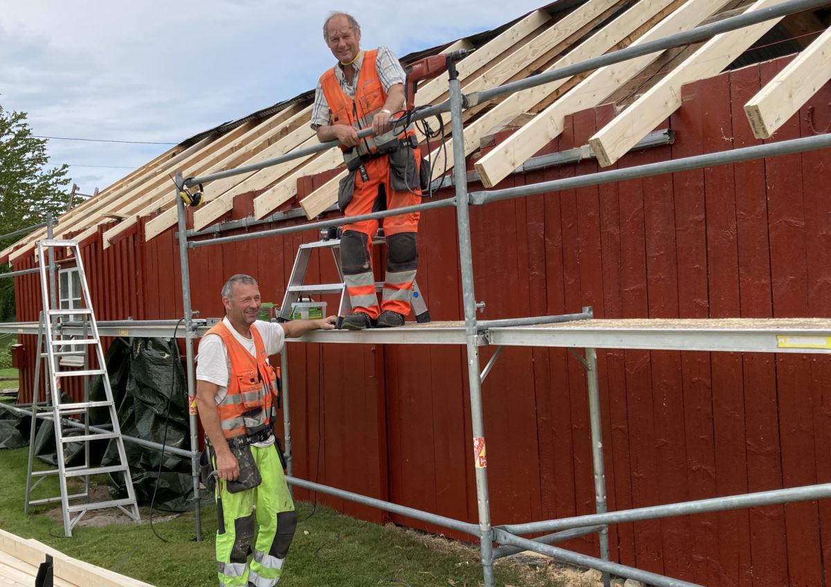 Brørne Hallvard og Odd Magne Haugen kan skilte med 95 års erfaring som snikkarar.  Foto Jon Olav Ørsal