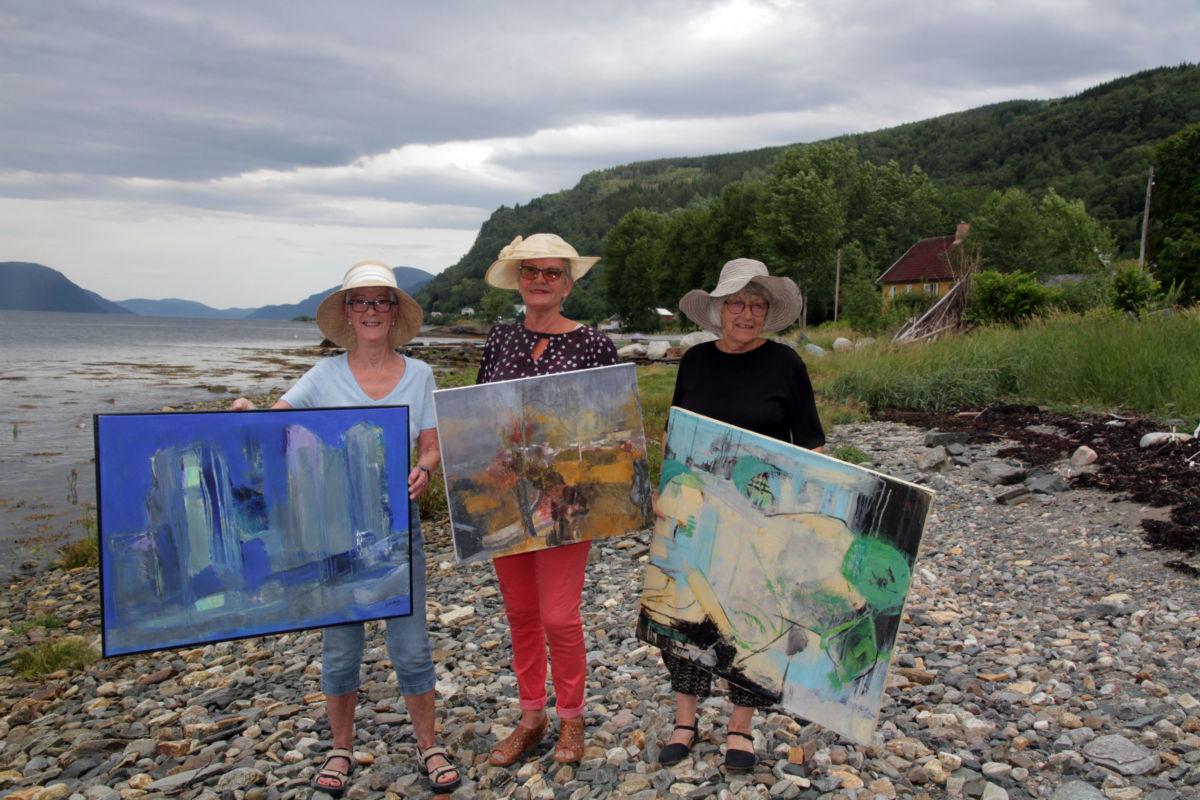 Dei aktive damene frå Stangvik Berit Anne Botten Røkkum (74), Rannveig Brøske (72) og Anne Grete Kvendset (75) stiller ut måleri i Bondehuset galleri. Foto: Anita Land