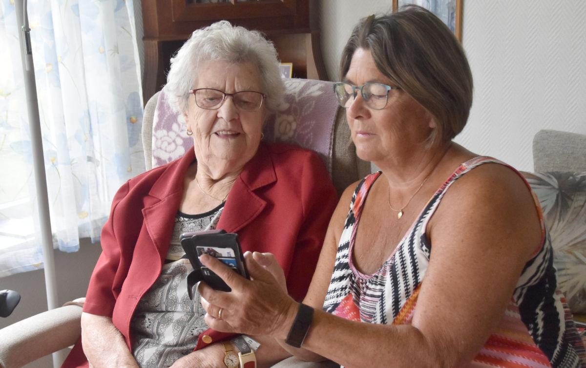 Tysdag var Jenny Kvendset på tur med barnebarnet Jenny Stensby - det vart 100-årscruice av beste slag. Her mimrar dei om turen og ser på bilda frå turen.  Foto: Jon Olav Ørsal