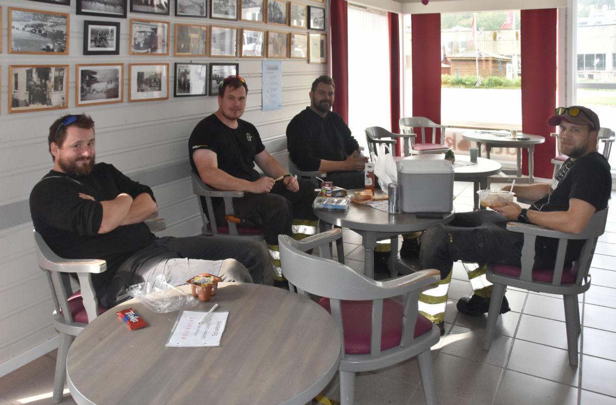 Jobben er gjort - etterpå var det frukost på Kaffekroken for vaktgjengen frå Svorka.  Frå venstre Aasmund L. Kvendset, Einar Sæterbø, Steffen Heggem og Ståle Sæter.  Foto: Jon Olav Ørsal