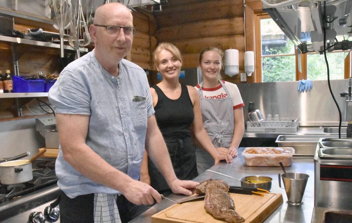 PopUp-kokk Jon Olav Roaldset med hjelparane Julie og Maren.  Foto: Jon Olav Ørsal