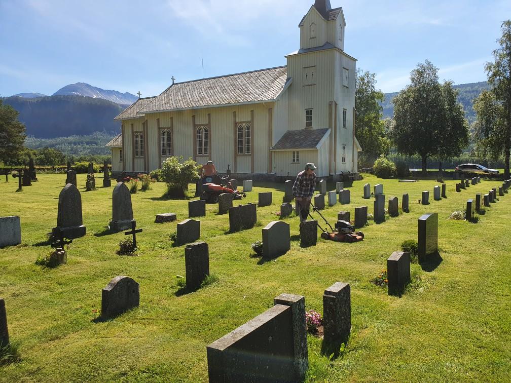 Ragnar Halle og Eivind Grønmyr i full gang med å slå graset på kyrkjegarden. Foto: Kristian H. Gjeldnes