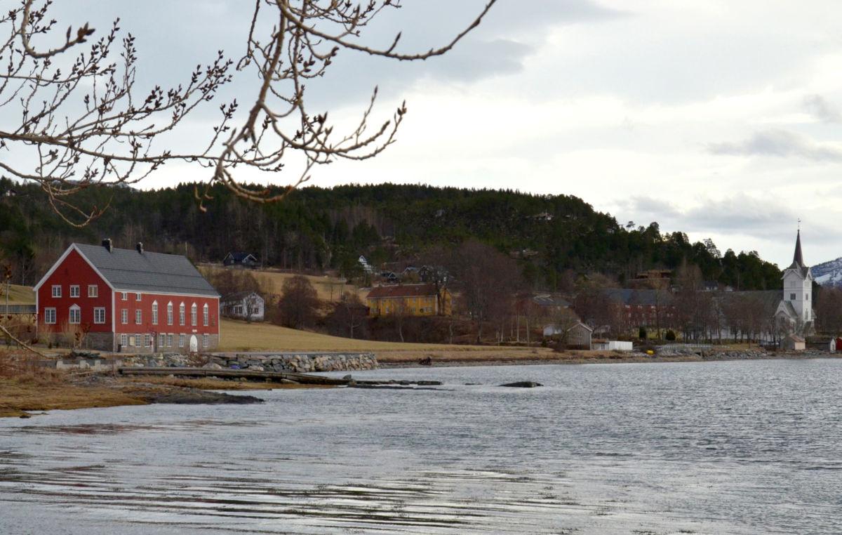 Stangvika - Bondehuset og kyrkja - midt i mellom skimtar vi prestegarden.   Arkivfoto frå 2014 - Jon Olav Ørsal