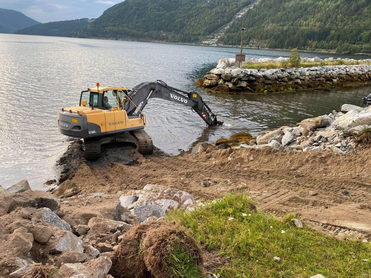 Per E. Gjeldnes Maskin starta torsdag arbeidet med å muddre innkjøringa til båthamna på Kvennset.  Foto Fredrik Sogge