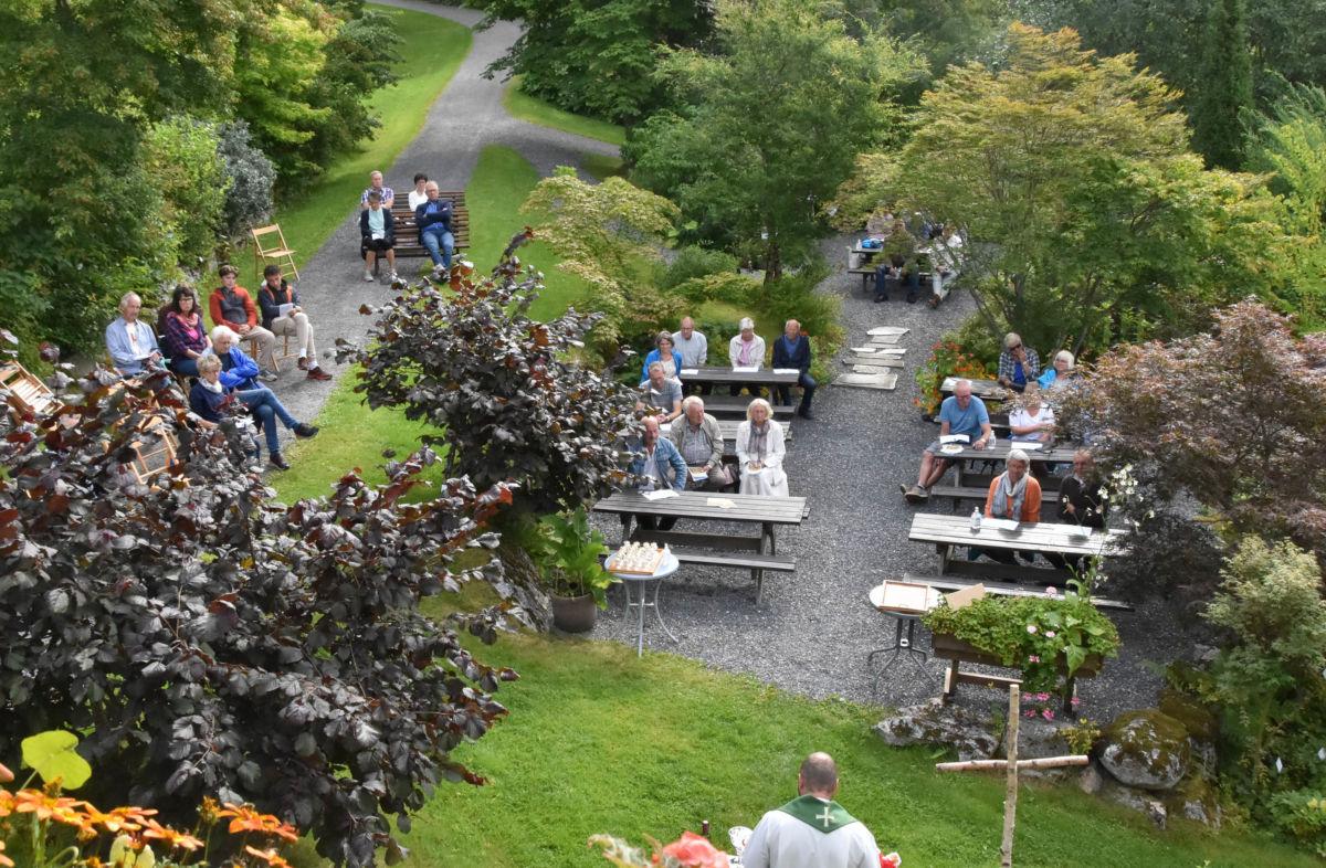 Triveleg friluftsgudsteneste i hagen utafor administrasjonsbygget i Svinviks arboret.  Foto: Jon Olav Ørsal