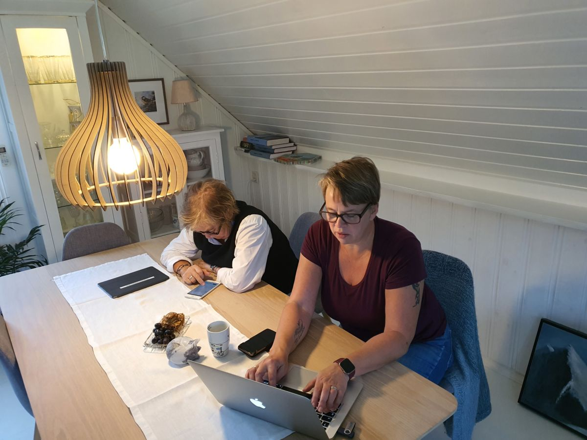 Ragnhild A. Moe (f.v.) og Elinor Bolme i full gang med arbeidet med den nye appen. Foto: B G Ansnes