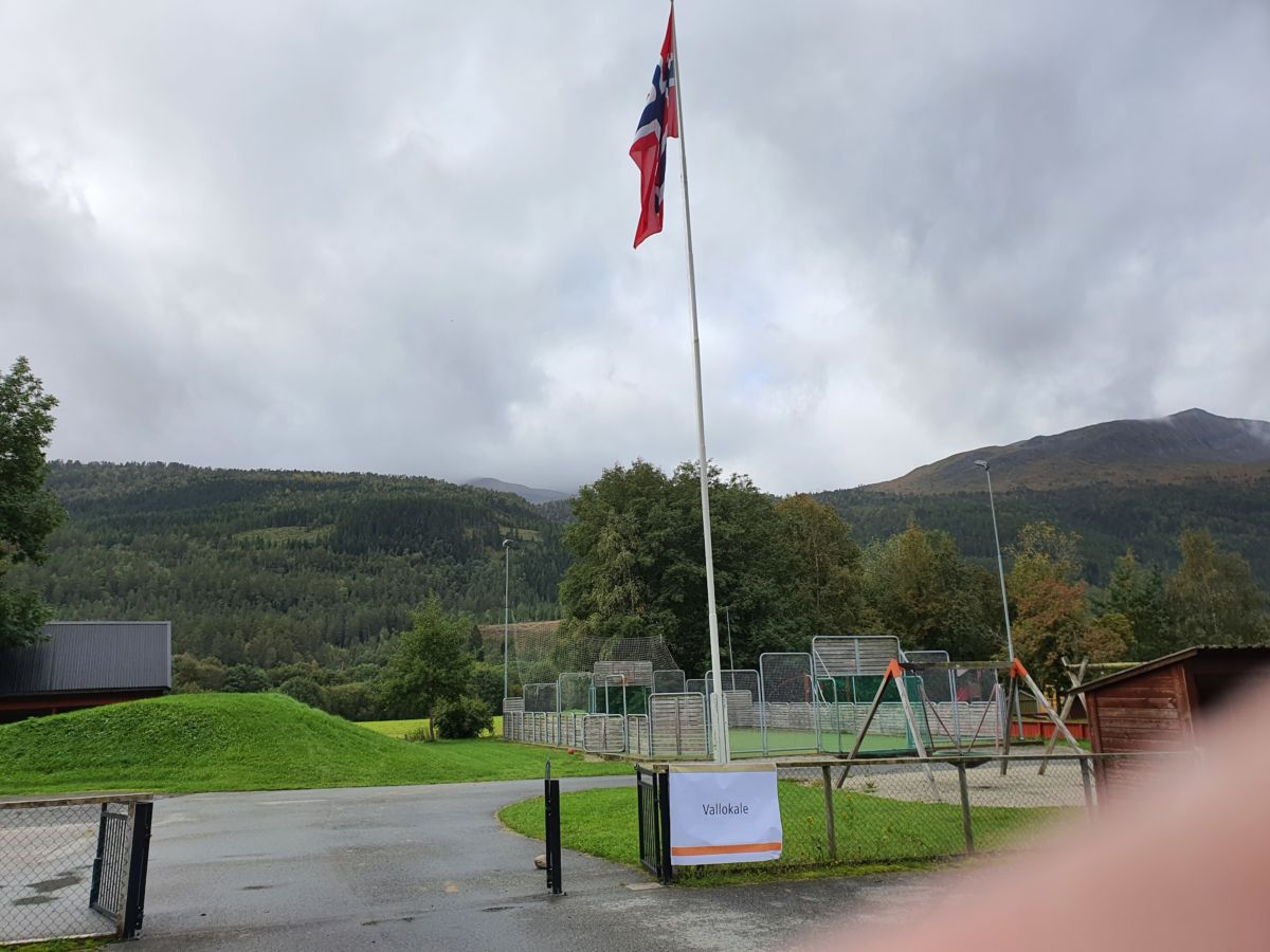 Flagget til topps på valdagen. Foto: B G Ansnes