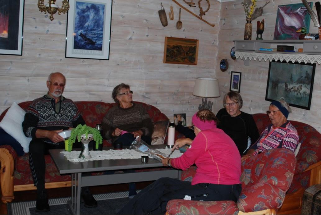 Svein, Brynhild, Mali, Ingrid og Elen koser seg med nistemat.  Foto Sverre Kjølstad