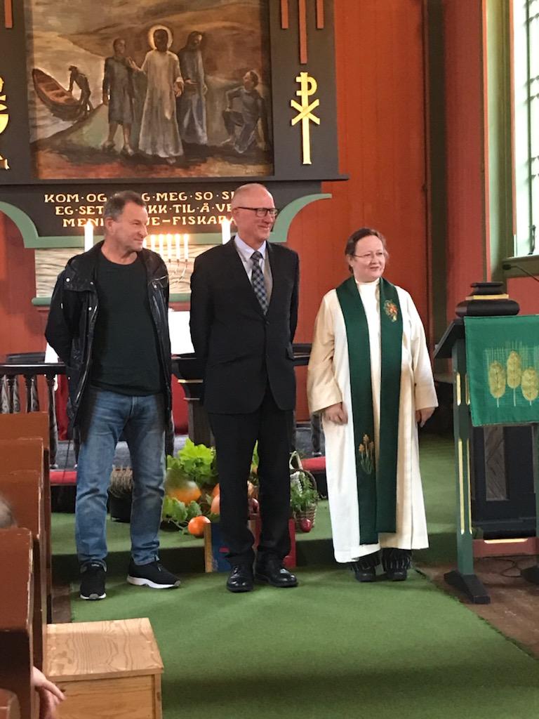 To av 50-årskonfirmantane 2021 f.v. Ola Bruset og Kristian H. Gjeldnes, her saman med sokneprest Cathrine Grutle. Foto: R A Moe