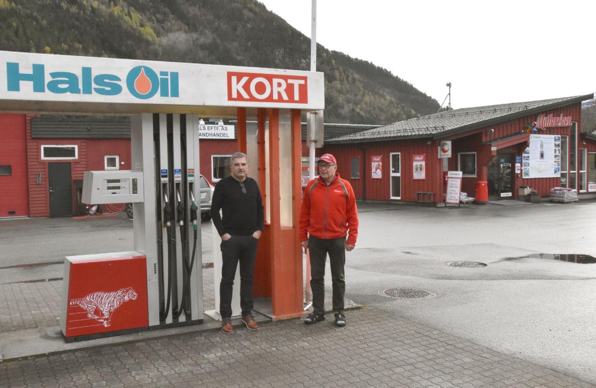 Utan støtte frå Merkur og Surnadal kommune hadde det vore uaktuelt å investere i drivstoffanlegg i Todalen, seier Stig Olson og terje Nordvik.  Foto: Jon Olav Ørsal